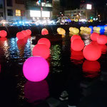 新町川の電飾は音楽とともに色が変わっていきました。           ・大年の御伽の国の町を行く(和良)