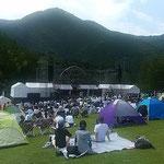 ライブの野外会場にはキャンプのテントが立ち並んでいました。     ・テント村めける野外のライブかな(和良)