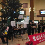 東京駅北口で難民支援のコンサートが開かれていました。 ・コーラスや東京駅の慈善鍋(和良)