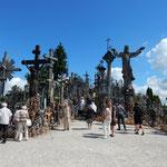 十字架の丘には追悼の人々の列が続いていました。           ・炎昼に追悼の列途切れなく(和良)