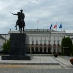 ワルシャワの中心部にある大統領官邸です。              ・ワルシャワの溽暑に白の清々し(和良)