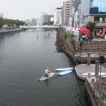 徳島市の新町橋のすぐ下には浮きドックの船着場がありました。        ・船遊水の都の真ん中で(和良)