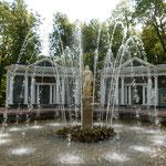 ピョートル大帝の夏の宮殿の庭園には至る所に噴水がありました。    ・三百六十五ある噴水を巡る苑(和良)