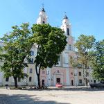 旧市庁舎の隣の建物も夏木が生い茂っていました。           ・茂り立つ夏木の下の涼しさよ(和良)
