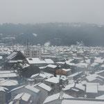 兼六園の横にあるレストランから眺めた金沢の街の雪景色です。     ・降る雪や昭和も遠くなりにけり(和良)