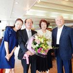 歳時記を編纂し刊行された井村経郷さんのご家族と記念撮影しました。     ・ご家族で祝賀の一日新酒汲む(和良)