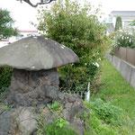 浅間山の噴火が生み出した笠の形をした石に句が刻まれていました。   ・笠石の句碑は木槿の散る辻に(和良)
