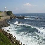 伊勢志摩の安乗崎灯台です。映画の舞台となった灯台は今も健在でした。  ・天高し安乗崎灯台波の上 (和良)