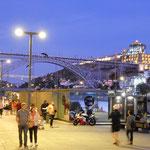 ポルトのリベイラ地区では大勢の人々が月夜を楽しんでいました。 ・月の夜のポルトの街の明るさよ(和良)