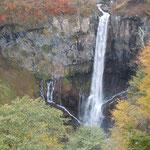 栃木県日光市の華厳の滝は落差97メートル。迫力がありました。               ・音のして紅葉の中を落つる滝(和良)