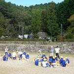 近江八幡市にある安土城の城跡に子供たちが秋の遠足に来ていました。    ・安土城城址は秋の野遊び場(和良)