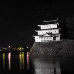 夜の名古屋城を半周してきました。とても寒かったです。 ・凍て返るお堀に街の明かりかな(和良)