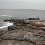 和歌山市の白浜に千畳敷と呼ばれる磯があります。沖は太平洋です。 ・地の果ては海の始まり根釣人 (和良)