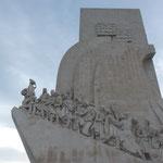 航海王子エンリケを先頭に大航海時代の勇者の像が並んでいます。 ・秋晴や大航海の勇者像(和良)