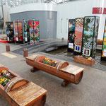鼓門を入ると加賀の伝統工芸品で作られた美しいロビーがありました。  ・春めける彩り並ぶロビーかな(和良)