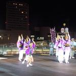 徳島駅前のデパートの玄関先でも阿波踊が見られました。                               ・町中に俄か舞台や阿波踊(和良)