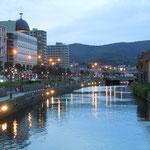 小樽運河の夕暮れです。大正ロマンにあふれた運河の町の風景でした。                      ・暮れてゆく運河に映る灯の涼し(和良)