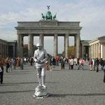 ブランデンブルグ門はまるでお祭広場。パントマイムの大道芸人も。 ・自由とは自在なること秋晴るる (和良)