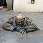 ブラチスラバにはスカートの中を覗こうとするような像がありました。  ・炎昼に土管工事の工夫像(和良)