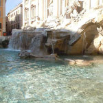 ローマのトレビの泉です。コインを投げ入れる観光客で大賑わいでした。 ・水澄みに澄みてトレビの泉かな(和良)