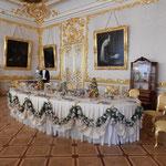 エカテリーナ宮殿の食卓には女帝が使っていた食器が飾られていました。 ・宮殿の中に秋の日やはらかく(和良)