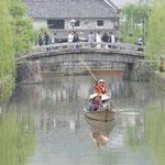 美観地区の真ん中を流れる倉敷川には舟が行き来していました。     ・ゆったりと舟ゆったりと糸柳(和良)