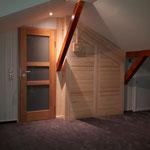 HoWeCa - Saunawand zum Dachboden. Zugang zum Bad.