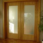 Eiche-Massivholz Schiebetür mit mattierter Glasfüllung