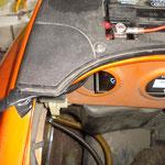 Kabelstrang aus dem Batteriefach geführt