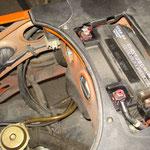 Batteriefach geöffnet und Sitzbankeinsatz entfernt