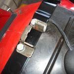 Gepäckträger auflegen (jeweils unter Schließblock und Sitzbankhalterung)