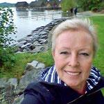 am See-Ufer mit den Pfahlbauten im Hintergrund