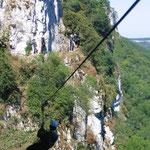 une tyrolienne du parcours aventure