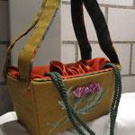 passend zur Tartantornüre die passende Handtasche- Wolle, Seidenfutter, aufwändige Handstickerei mit schottischer Distel (beidseitig) Unikat, ähnliche Modelle können hergestellt werden, Preis auf Anfrage