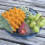die berühmte Ananas- gestrickt aus einem Seide-Baumwollgemisch mit Seidenfutter. Masse: Höhe 13cm, Umfang 32cm; Preis sfr. 180.00.-