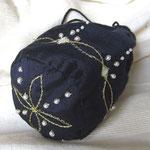 Mini-Réticule aus handgewobener Seide, Stickerei mit Goldfaden und Perlen. Unikat - ähnliche Modelle können z.B.passend zum Kleid bestellt werden.Masse Höhe 15 cm, Umfang 25 cm; Preis auf Anfrage