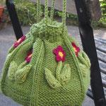 Primula ....Wolle gestrickt, Blüten Baumwolle gehäkelt, Futter Dupionseide. Höhe 12cm, Umfang 45 cm;  Preis:sfr. 80.00