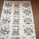 Manufatto tessile realizzato con la tecnica sarda a 'pibionis'. di Susanna Cati