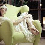 GIOIELLI & DINTORNI. Gioielli da indossare.Abito di MAya Si Lello. Poltrona di Partner&co. Foto di Matteo Mignani
