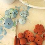 "Work in progress: immagine tratta dal Blog ""Manifattive"" di Stefania, raffigurante una bella immagine di Work in Progress di una delle sue collane di terracotta."