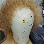 Die Maske ist bereit. Hier die Perücke von Nicole.