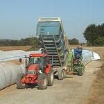 Déchargement des remorques dans la silo-presse
