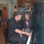 Familien-Ausstellung - Sven am Klavier