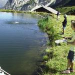 Fischen im Ladurnersee / pescare nel laghetto di Ladurns