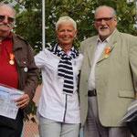 André et Maurice UTTARD accompagnés de Brigitte KLINKERT qui leur a remis une médaille au nom du Conseil Général du Haut-Rhin
