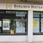 Der Berliner Mieterverein präsentiert das Bild zum Haus 134b und zeigt auch das Plakat der aktuellen Ausstellung im Museum
