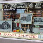 """Innen und außen Prenzlauer Berg. Für die Aktion stehen Bilder des prächtigen Eckhauses aus den 1920er Jahren im Schaufenster und auch die Einrichtung ist """"historisch"""""""