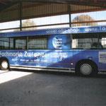 Fachmarkt Zwiener | Vollständig folierter Bus als Werbeträger