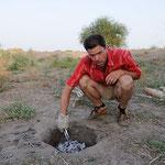 Mit der Pumpenwasserzange den Deckel öffnen