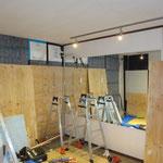 LEDライティングレールを取付(調光付)反射壁を作る為、ミラーで壁仕上げ